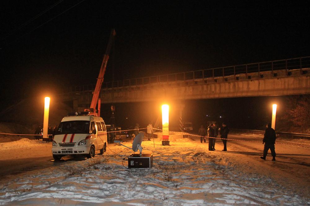 В Донецке неизвестные взорвали мост: на месте диверсии работают спасатели